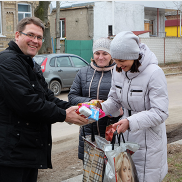 Donating coats and blankets to the elderly in Ukraine